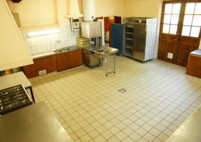 Location de salle : cuisine de la salle des fêtes La Sabaudia - 73330 Le Pont-de-Beauvoisin Savoie